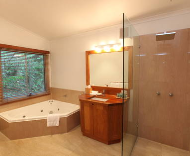 Silky_Oaks_Room_bahroom_w_spa_shower